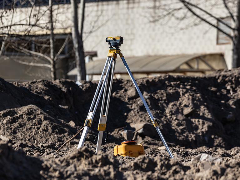 Urządzenie geodezyjne narozkopanej ziemii